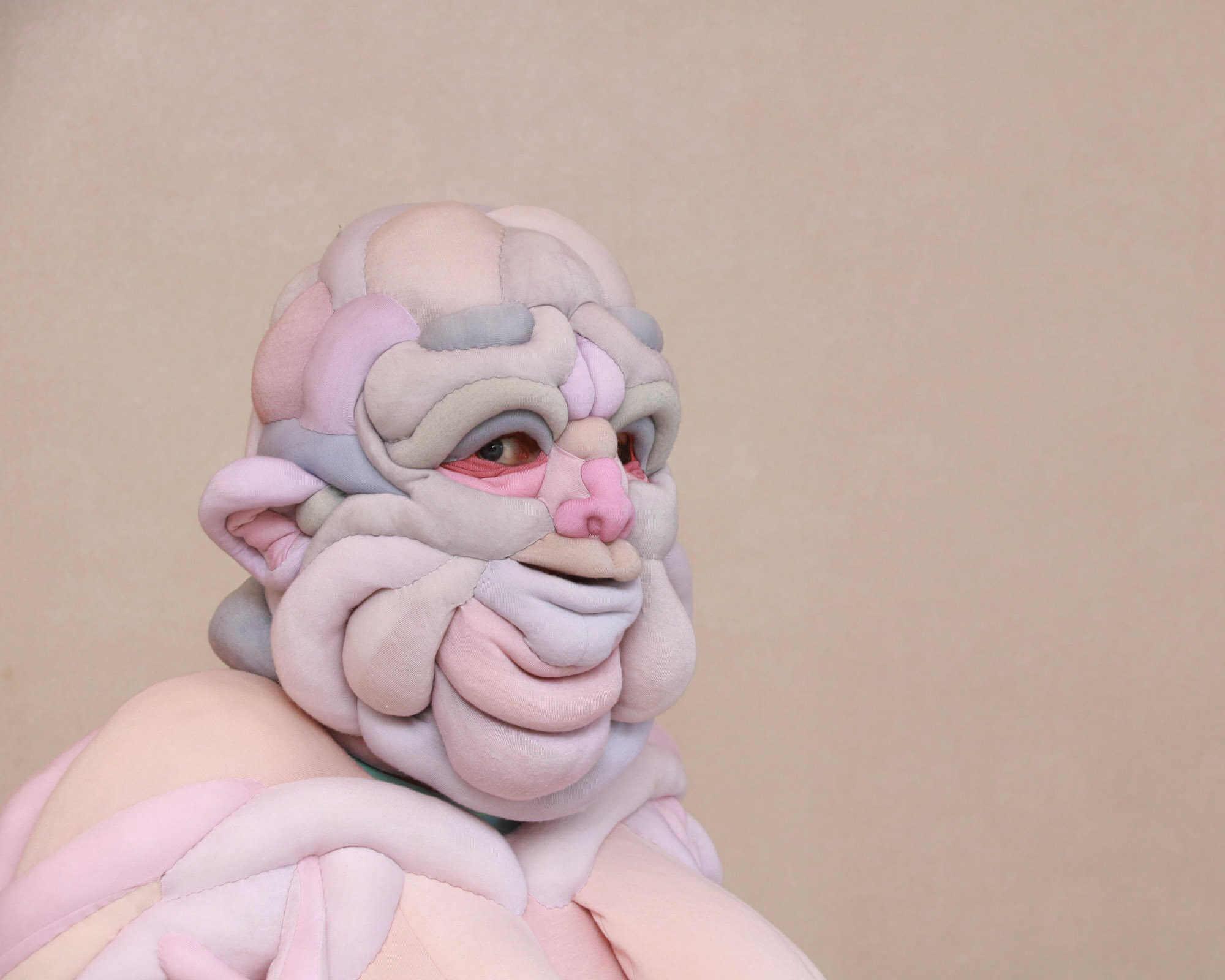 Parte superior de traje de espuma con forma de monstruo