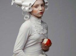 chica con peluca de hecha de papel imitando la epoca barroca