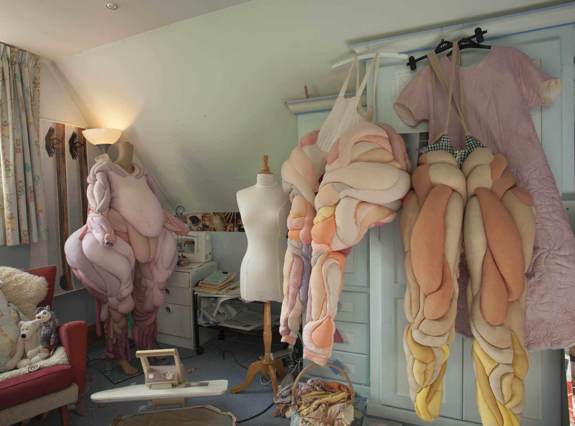 Exposicion de trajes de goma espuma