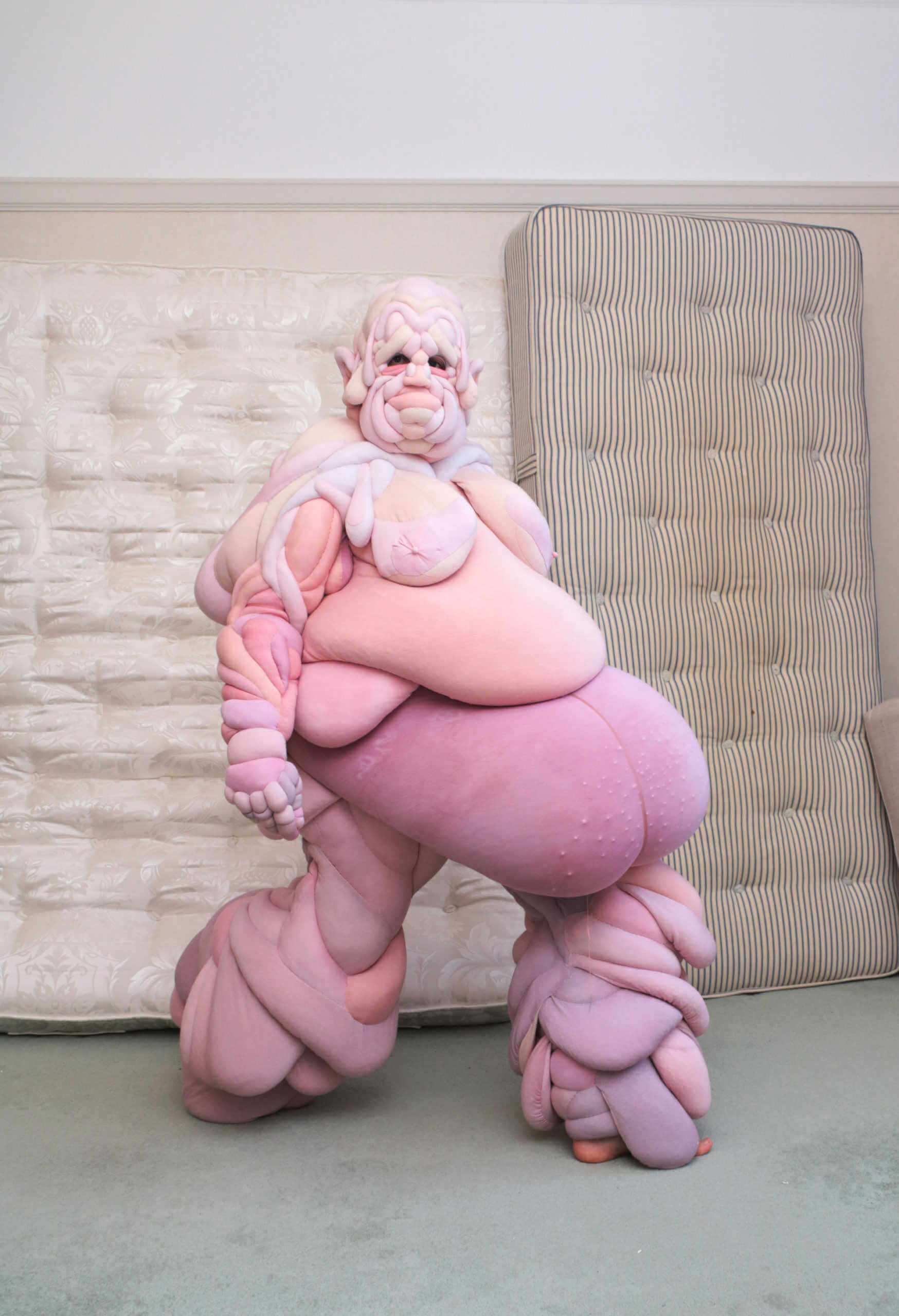 traje alegorico de la imagen corporal diseñoado por la artista londinense Daisy Collingridge