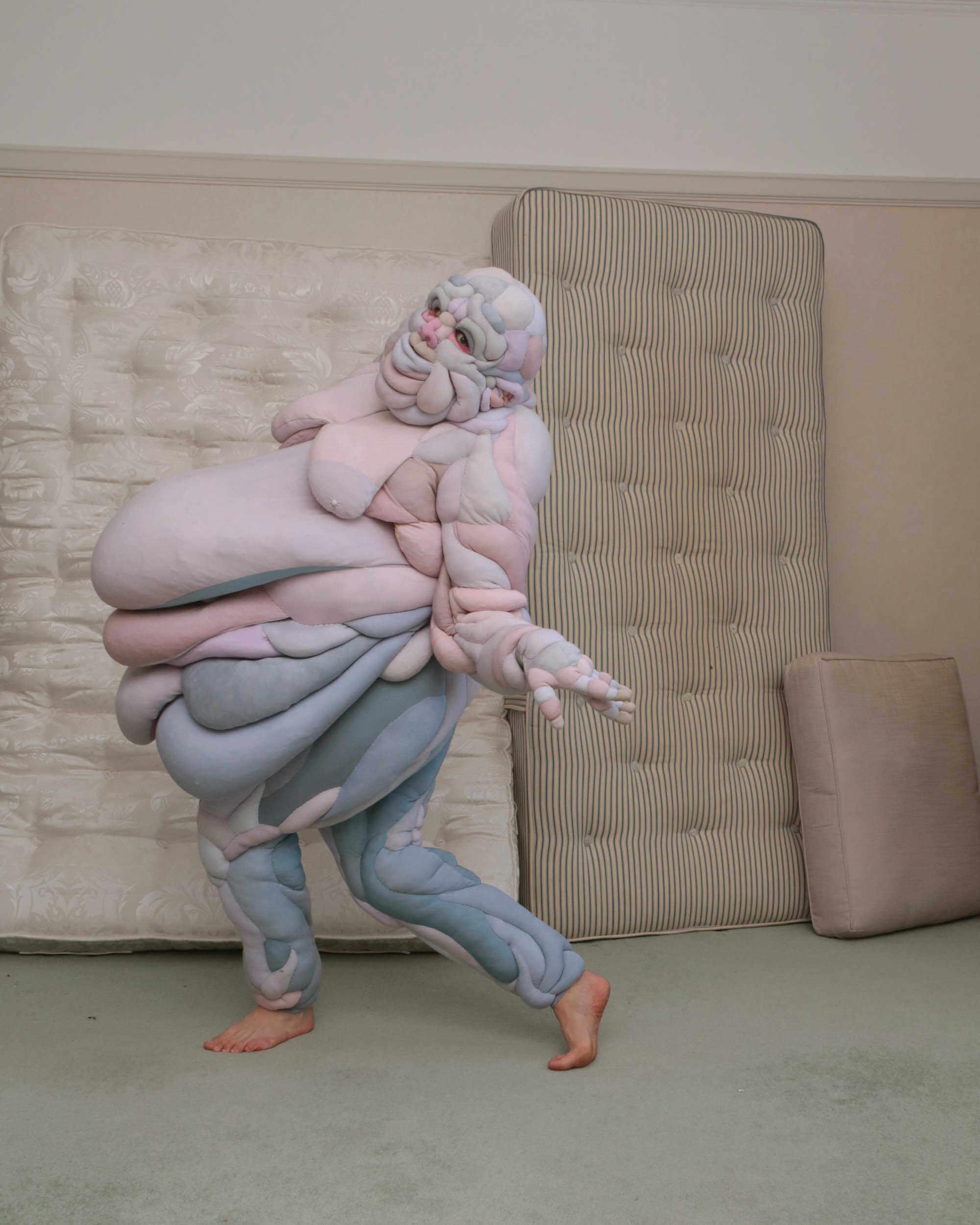 Pose de baile con undisfraz hecho con goma espuma haciendo alegoria al cuerpo humano diseñado por Daisy Collingridge