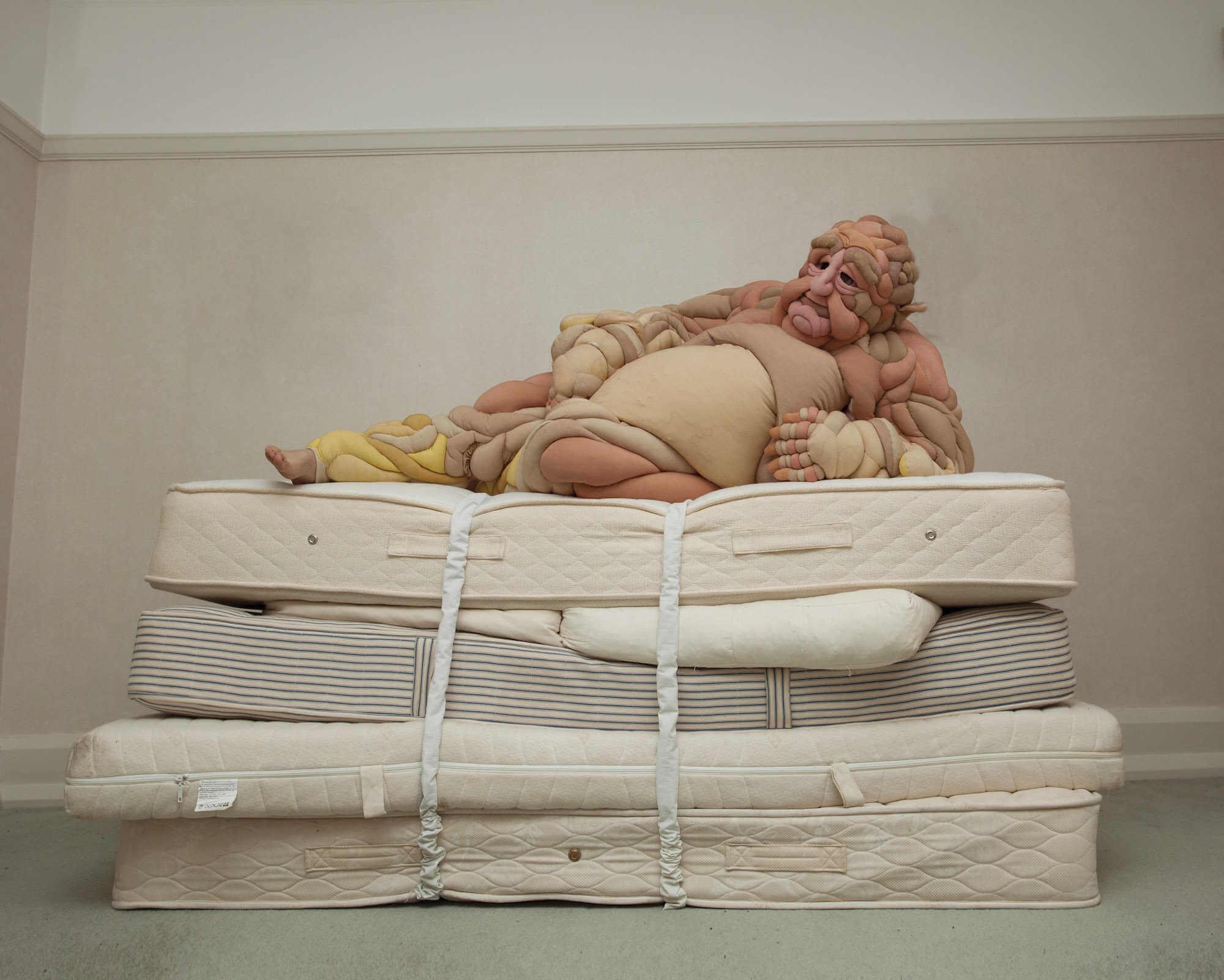 Critica a la imagen corporal en este traje de goma espuma creado por Daisy Collingridge