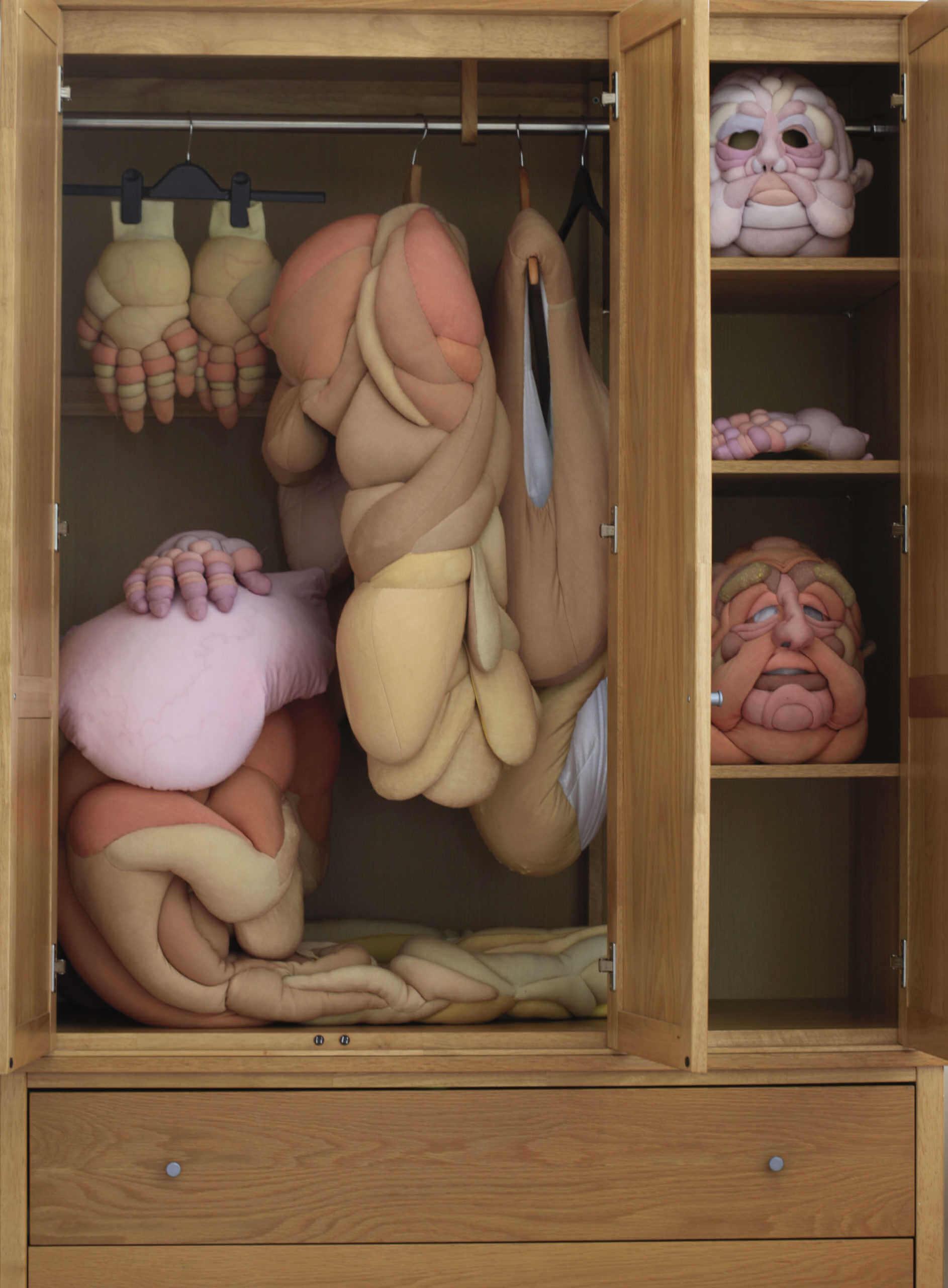 traje de goma espuma guardado en un armario