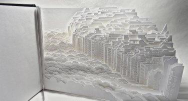 escultura de papel cortado de una ciudad de ayumi shibata