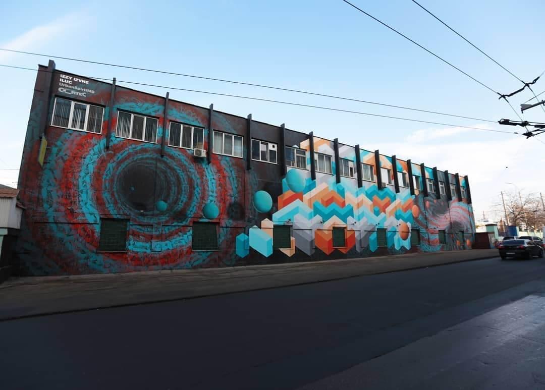 Fabrica pintada por Izzi-Izvne