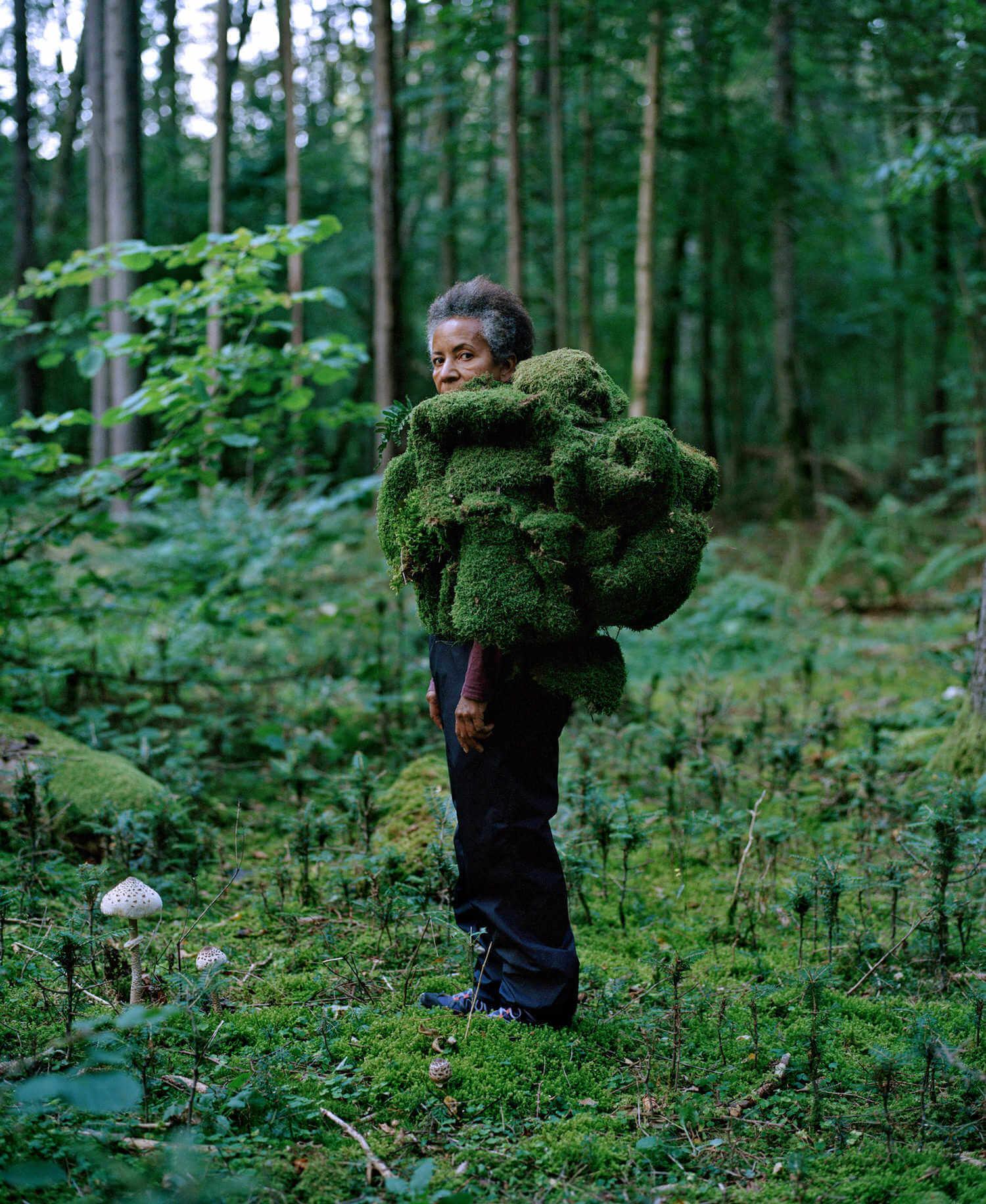 escultura humana de una mujer entre un bosque