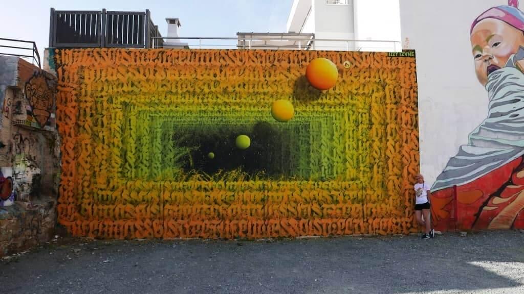 mural con efecto optico y abstracto de Izzi Izvne