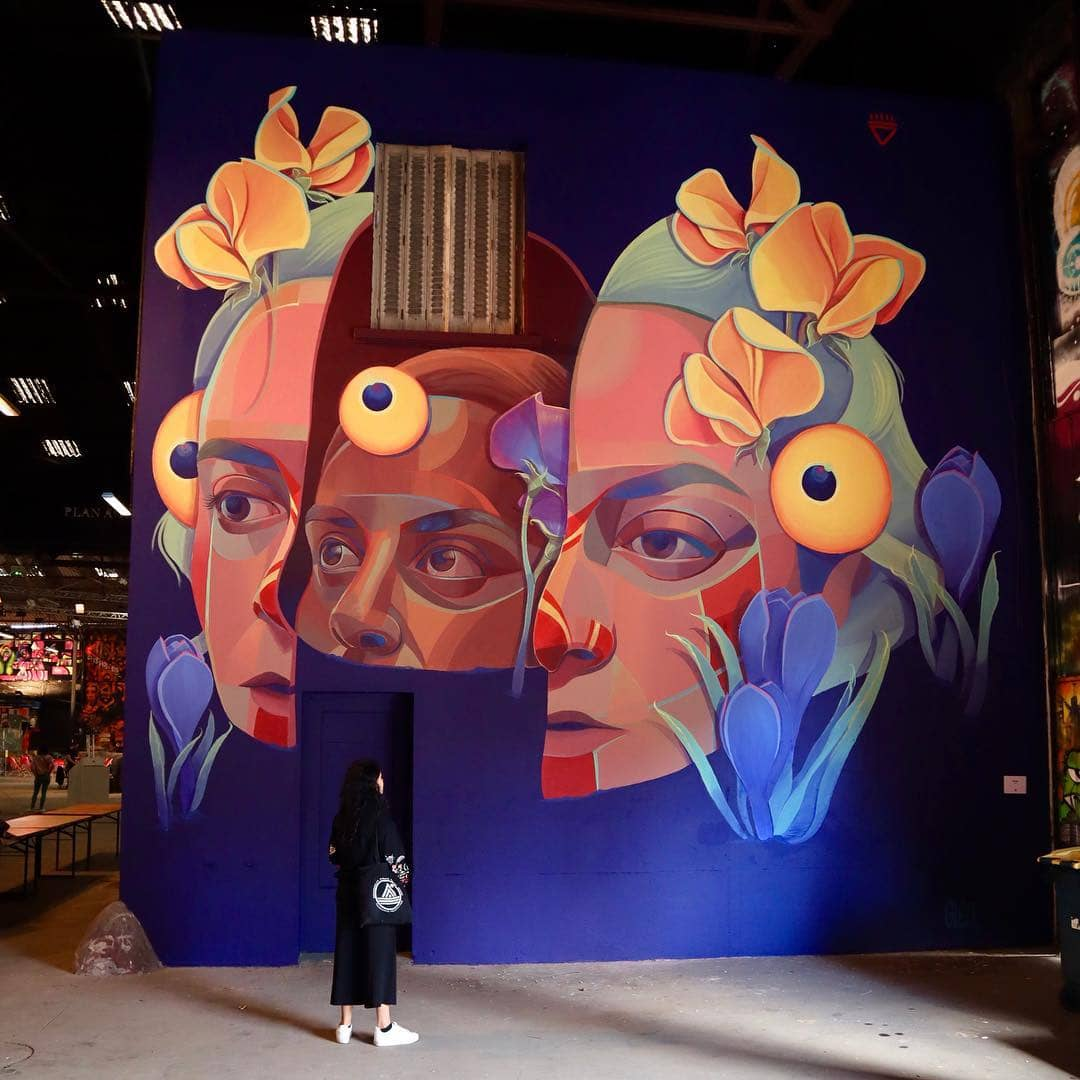 la artista gleo, frente a uno de sus murales