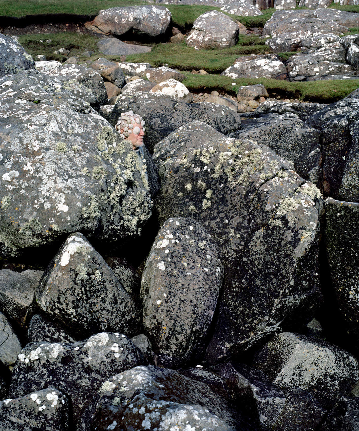 escultura humana del duo Hjorth e Ikonen hombre entre unas rocas