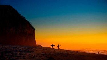 atardecer con surfistas