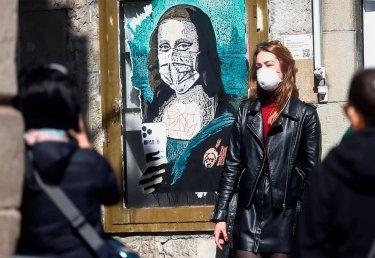 Street art de la gioconda con mascarillas covid-19