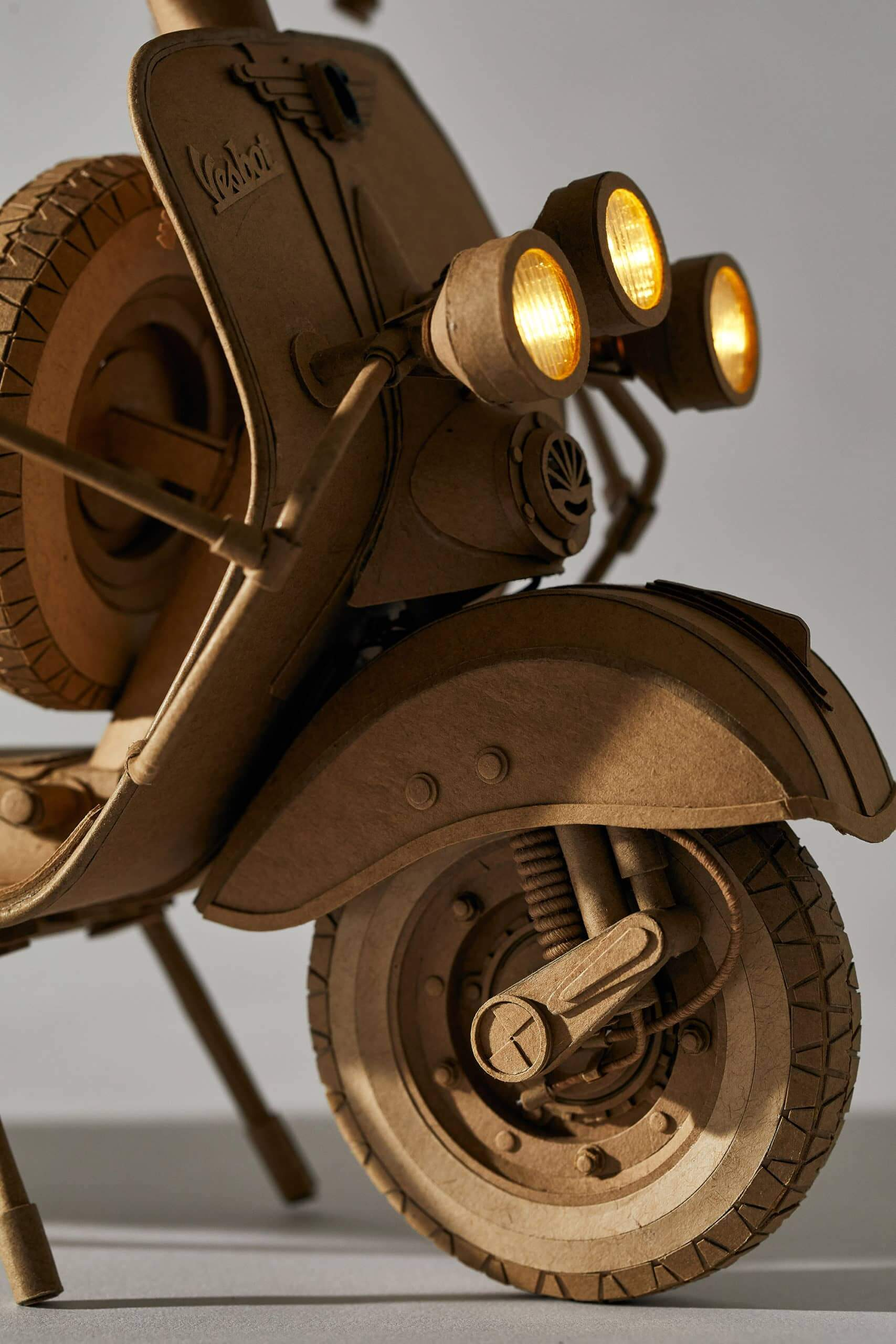 detalle de moto vespa hecha en cartón por greg olijnyk