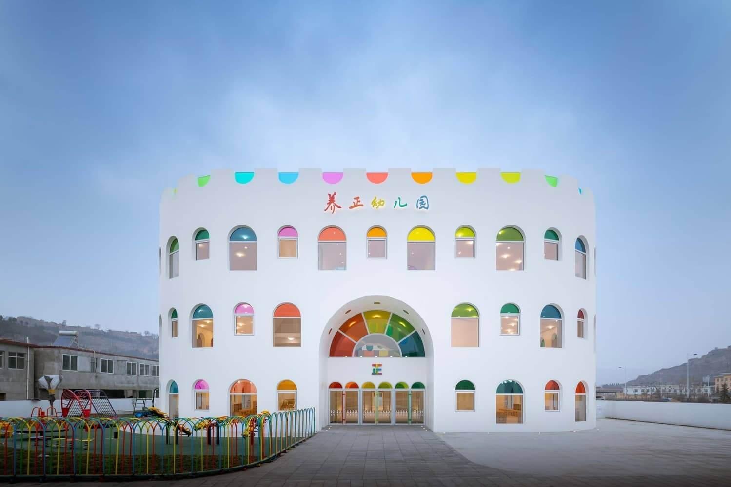 Paneles de vidrio en forma de arco iris emiten un caleidoscopio giratorio en esta guardería | Arquitectura