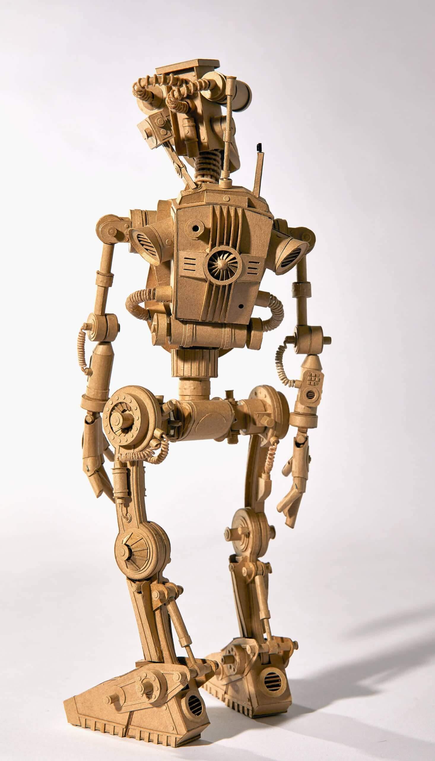 detalle posterior de una escultura de cartón en forma de robot hecha por el artista greg olijnyk