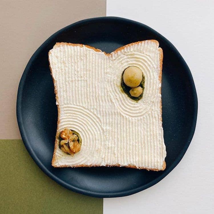 jardin zen recreado encima de una tostada de pan