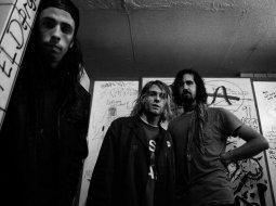 La banda musical nirvana en la entrada de un aseo