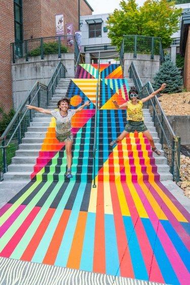 escalera pintada por jessie y katey street art