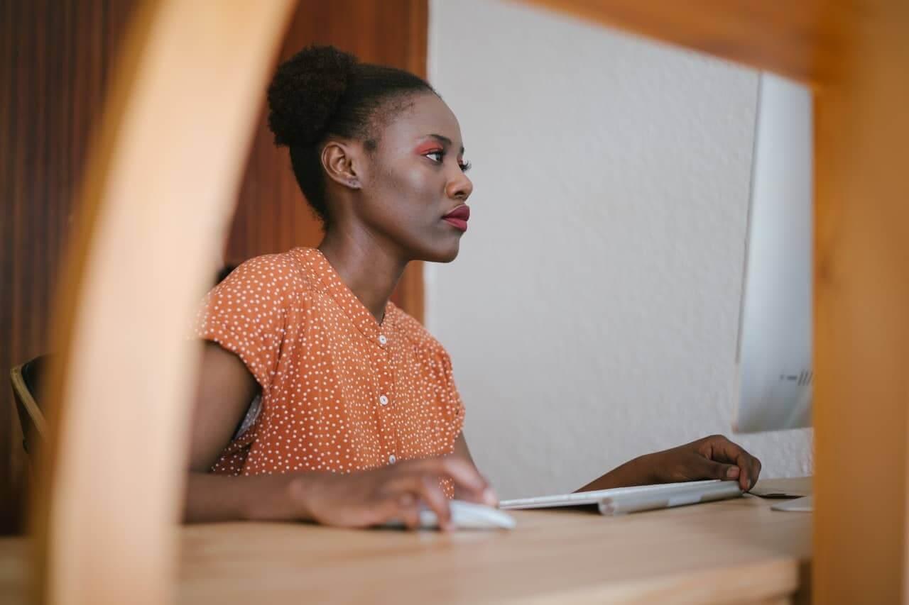 Chica diseñando videos para pantallas led