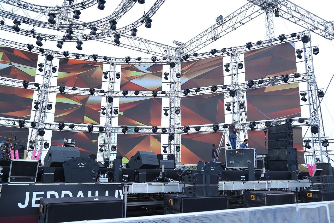 Escenario de concierto con pantallas led