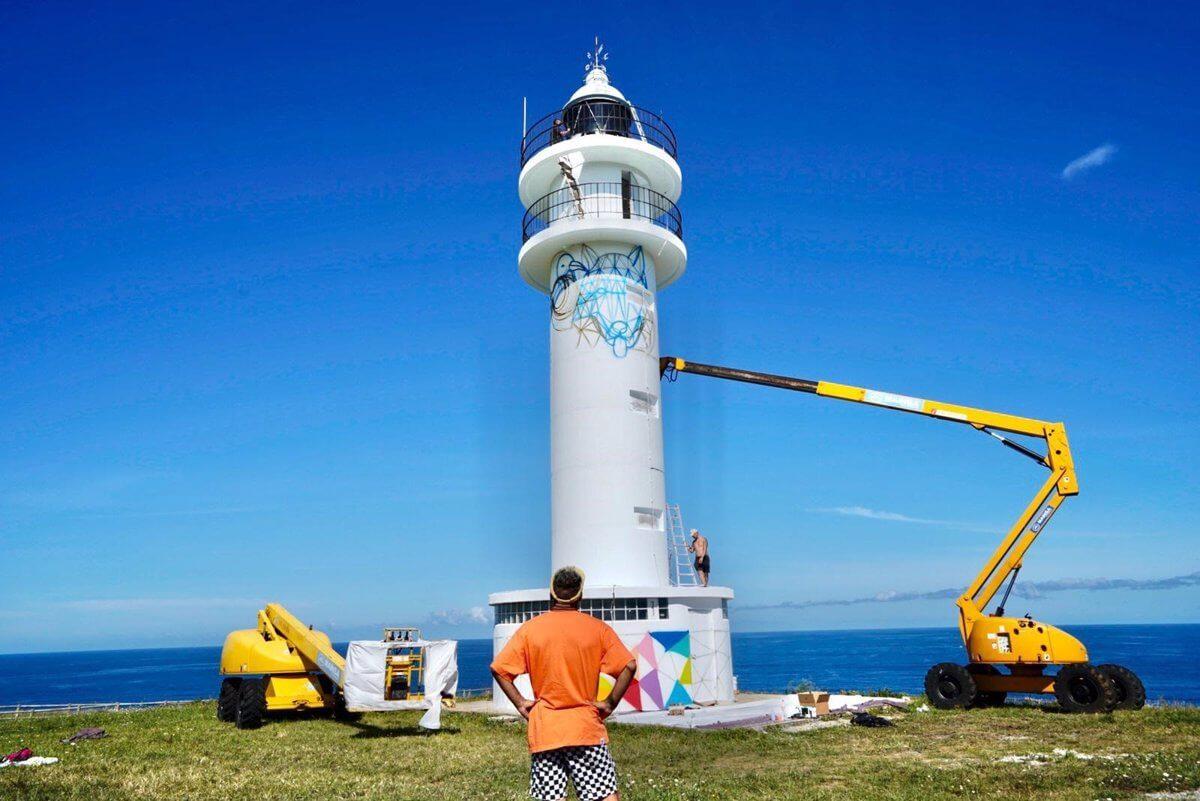 Okuda inicia la polémica intervención artística en el Faro de Ajo