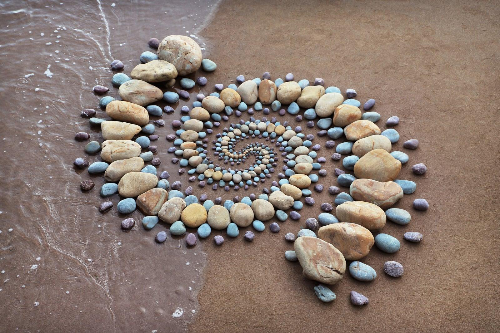 land art piedras arena agua