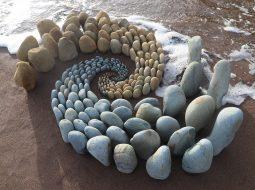 land art piedras olas