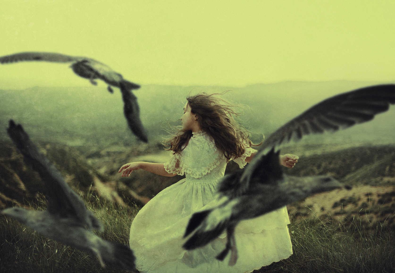 NIña corriendo con pájaros