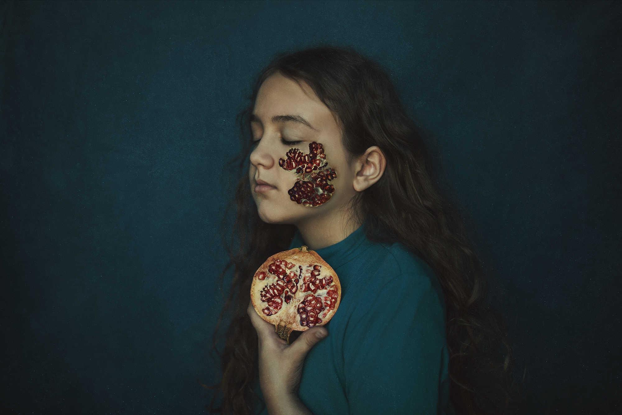 retrato de una niña con una granada