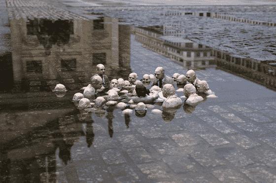 isaac cordal mini esculturas hundidos