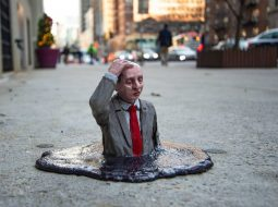 isaac mini esculturas urbanas hombre derretido
