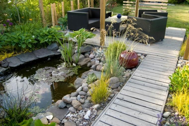 jardín con estanque de agua