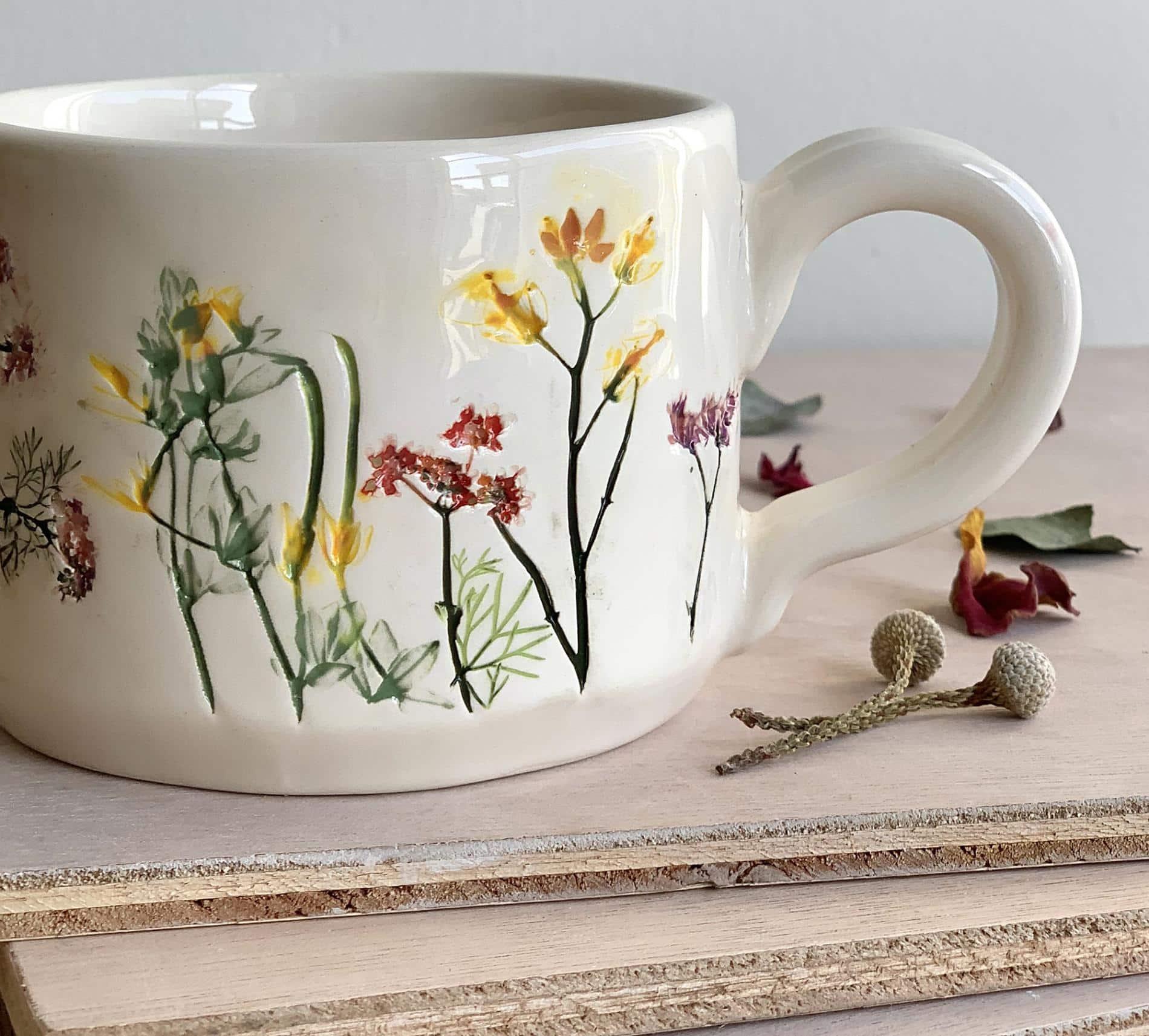 Hessa Al Ajmani taza ceramica flores