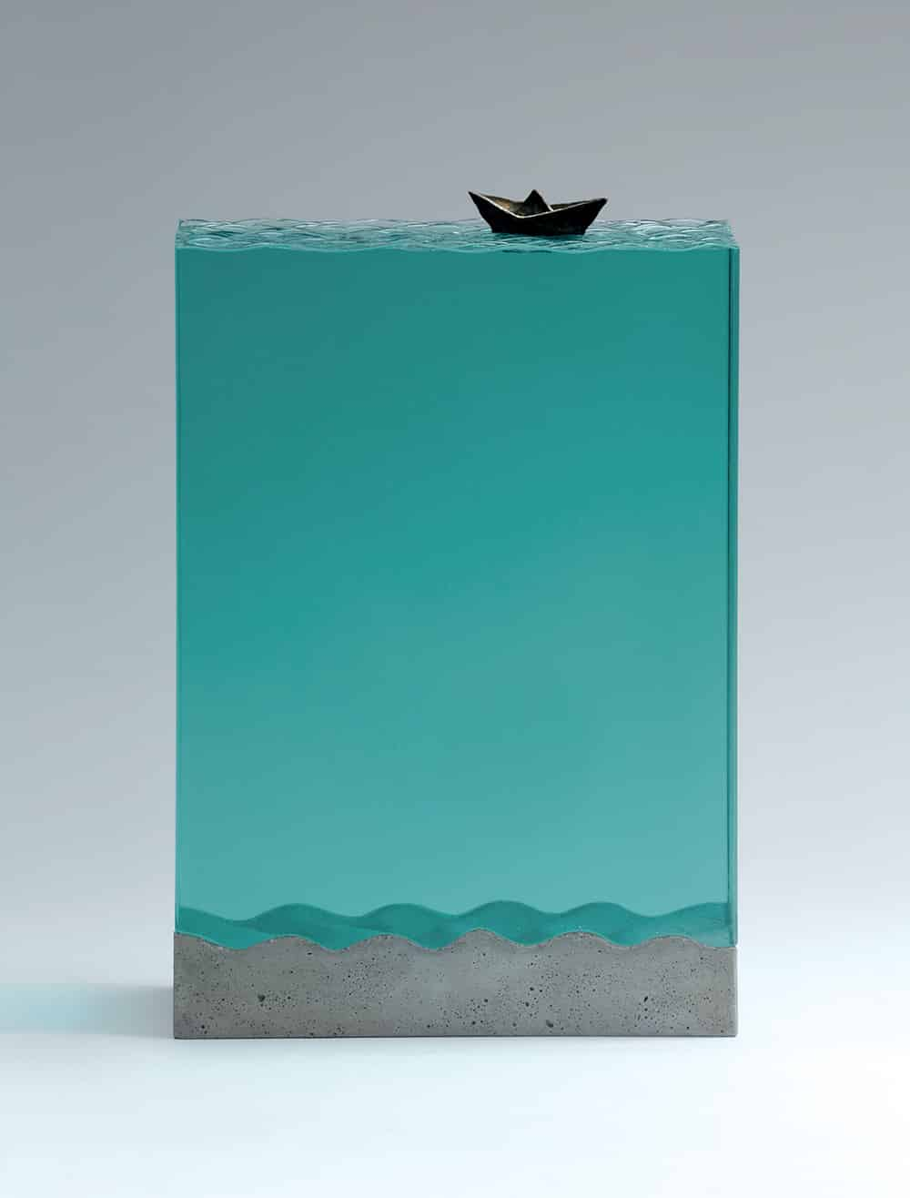 ben youn escultura vidrio barquita de papel