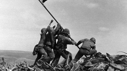 Soldados americanos levantando bandera de america