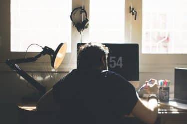 Informatico delante de un ordenador trabajando