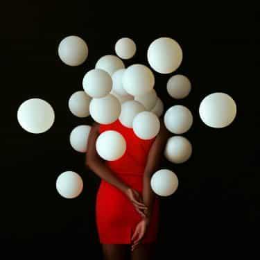 fares micue autoretrato globos vestido rojo
