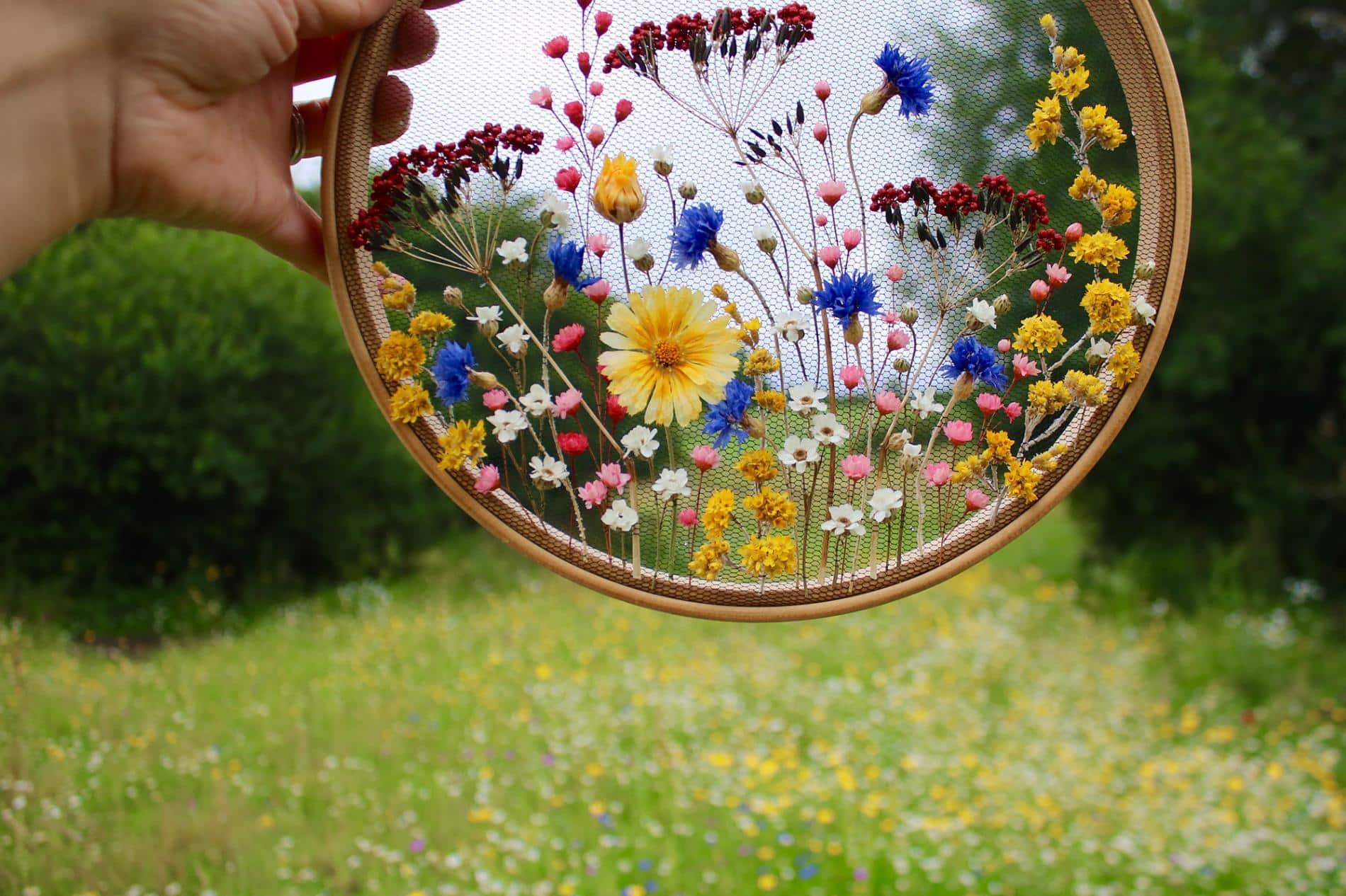Olga Prinku bordado flores campo