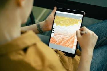 Persona dibujando en una tablet