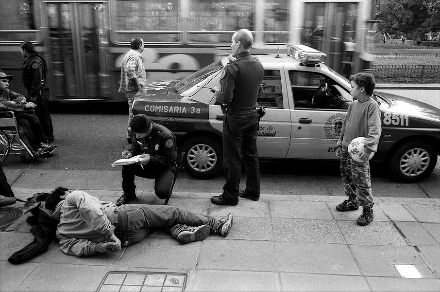 Atraco en la calle, fotografiado por Levy
