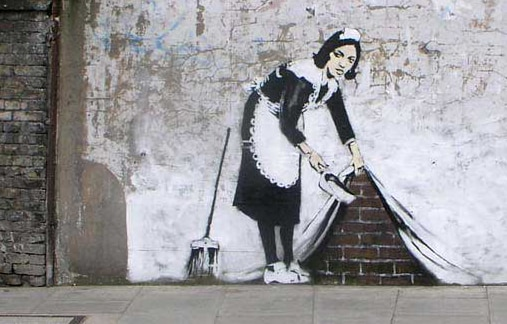 Mujer de limpieza barriendo en la pared, creado por banksy