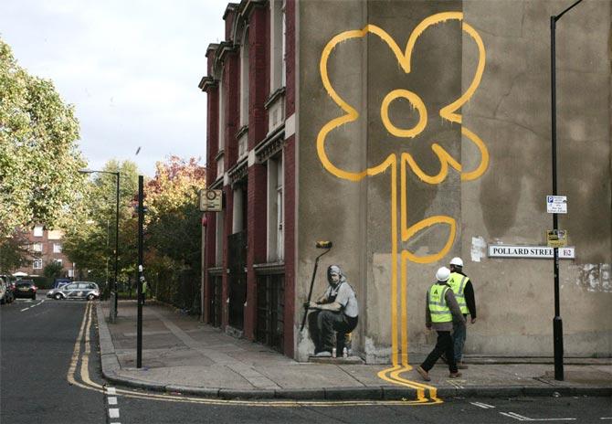flor siguiendo las lineas de la calle hecho por banksy