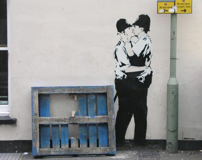 Policias britanicos besandose, street art de banksy